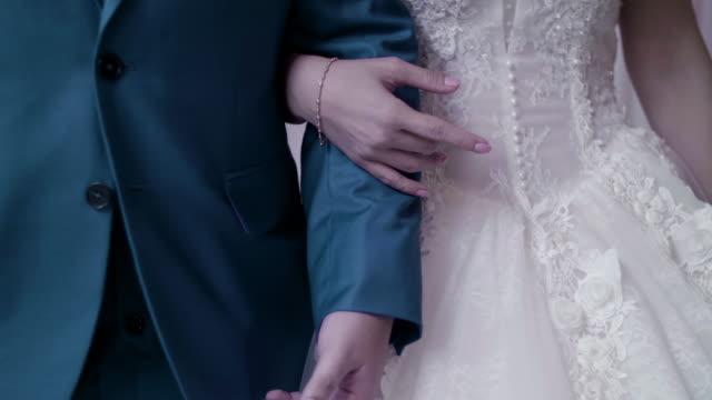 vídeos y material grabado en eventos de stock de recién casados pareja sosteniendo las manos - novio relación humana
