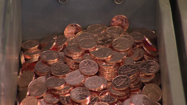 stockvideo's en b-roll-footage met newly pressed two cent euro coins dropping off conveyor belt into collection bucket bank of greece euro minting on may 03 2012 in athens greece - amerikaanse munt
