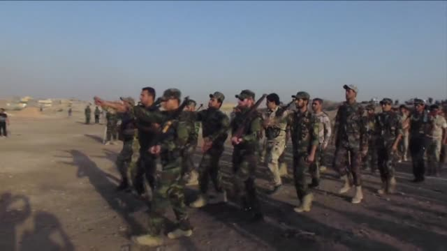 vídeos de stock e filmes b-roll de newly recruited iraqi volunteers loyal to shiite cleric moqtada al sadr underwent training thursday in baghdad to join the fight against jihadist... - treino militar