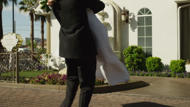 vidéos et rushes de ms tu newly wed couple spinning around outside chapel / las vegas,nevada,usa - jeunes mariés