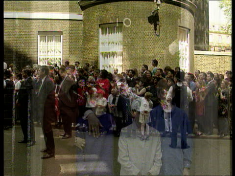 newlyelected prime minister tony blair and family on steps of 10 downing street with jubilant crowd looking on 1997 general election 02 may 97 - parlamentsmitglied stock-videos und b-roll-filmmaterial