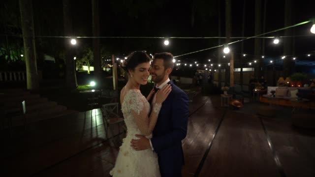 vidéos et rushes de couples nouvellement mariés dansant sous les lumières - cérémonie