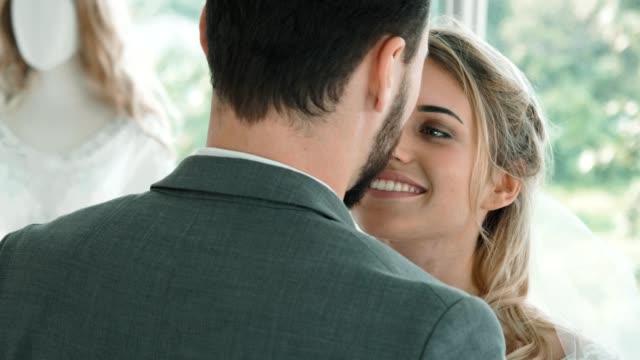 vídeos y material grabado en eventos de stock de pareja recién casada abrazándose y bailando - novio relación humana