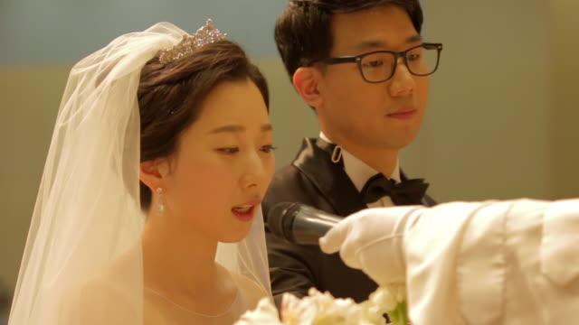 vídeos de stock e filmes b-roll de newlywed korean bride saying wedding vow on the microphone - votos matrimoniais