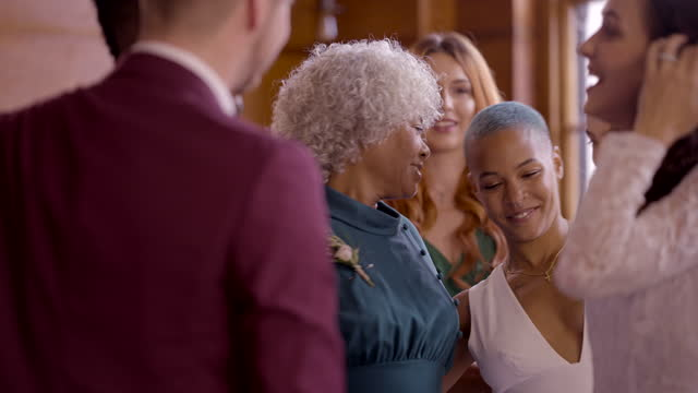 vidéos et rushes de newlywed lesbian couple celebrating with family and friends - féliciter