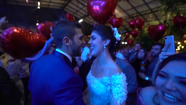 stockvideo's en b-roll-footage met jonggehuwden dansen tijdens het huwelijksfeest - bruidegom