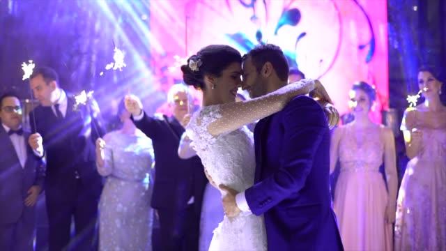 vídeos de stock, filmes e b-roll de dança de newlyweds waltz na pista de dança - dama de honra