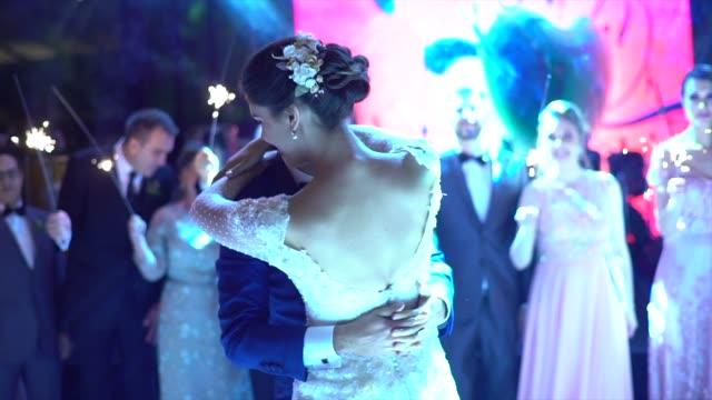 vidéos et rushes de les nouveaux mariés dansant la valse sur la piste de danse - jeunes mariés