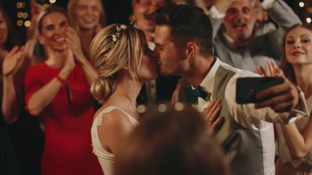 vidéos et rushes de les nouveaux mariés dansent tout en prenant le selfie avec des invités - dancing