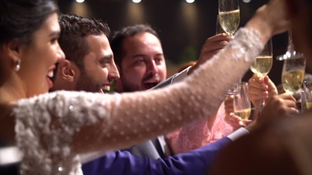 vídeos de stock, filmes e b-roll de newlyweds que fazem um brinde do casamento - casamento