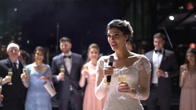vidéos et rushes de les nouveaux mariés parlant sur la partie de mariage - jeunes mariés