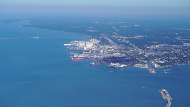newport news va aerial - marina militare americana video stock e b–roll