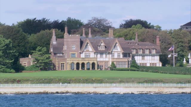 aerial newport oceanfront mansion / rhode island, united states - herrenhaus stock-videos und b-roll-filmmaterial