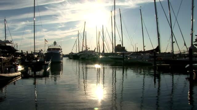 vidéos et rushes de de newport, rhode island harbour au coucher du soleil - rhode island