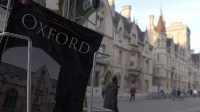 news and book stand on broad street, oxford, oxfordshire, england, united kingdom, europe - oxford england stock videos & royalty-free footage
