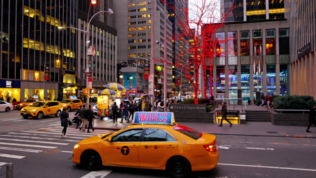 vidéos et rushes de news corporation. yellow taxi. new york street. - yellow taxi