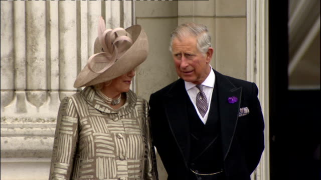 international clean feed 1430 1530 queen on to balcony followed by prince charles duchess of cornwall prince william princess catherine and prince... - balkon stock-videos und b-roll-filmmaterial