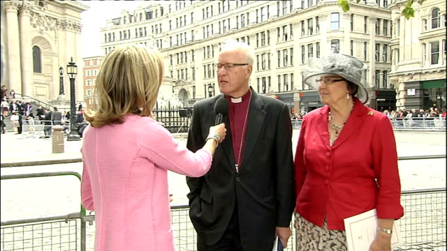 vídeos y material grabado en eventos de stock de 1100 1200 ext st paul's cathedral **bells ringing sot** mary nightingale lord carey and his wife lady carey interview sot wide shot st paul's... - mary carey