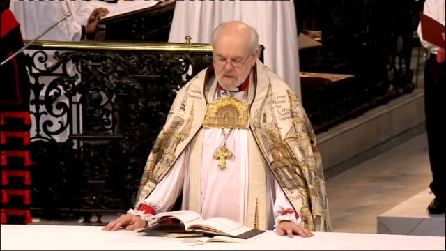 1100 1200 right reverend richard chartres reading diamond jubilee prayer sot queen bowing head - ジュリー エッチンガム点の映像素材/bロール