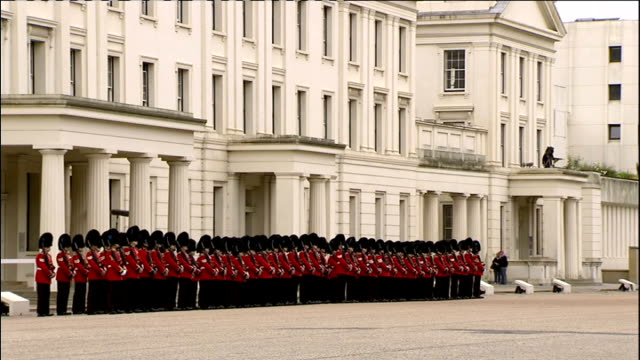 1300 1400 wellington barracks lieutenant colonel tim jalland interview with reporter natasha kaplinsky sot grenadier guards on parade ground studio... - 近衛兵点の映像素材/bロール