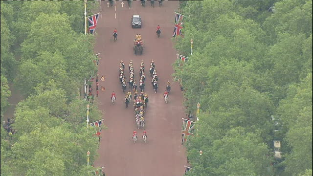 news diamond jubilee special pab: 1400 - 1500; household cavalry leading royal carriages along the mall/ prince william, catherine and prince harry... - フィリップ スコフィールド点の映像素材/bロール