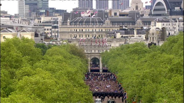news diamond jubilee special pab: 1400 - 1500; marching band march along the mall/ crowds walking alng the mall behind ranks of police officers as... - フィリップ スコフィールド点の映像素材/bロール