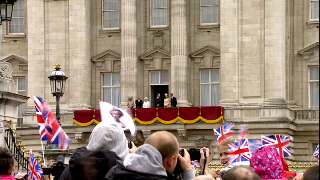 1500 1600 various of queen elizabeth out onto buckingham palace balcony and waving to cheering crowds below queen elizabeth accompanied by prince... - buckingham stock videos & royalty-free footage