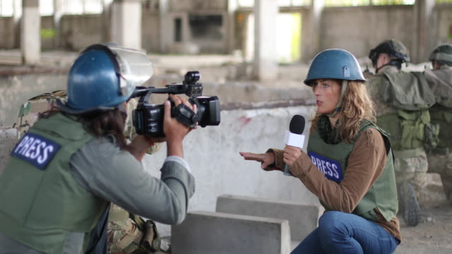 nachrichten aus dem kriegsgebiet - war stock-videos und b-roll-filmmaterial