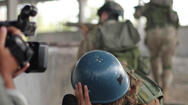 nachrichten aus dem kriegsgebiet - journalist stock-videos und b-roll-filmmaterial