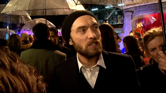 news international pay out to 18 victims of phone hacking 9122011 / r09121104 london jude law on red carpet at premiere of sherlock holmes film - 盗聴点の映像素材/bロール