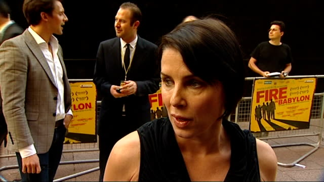 vídeos y material grabado en eventos de stock de news international pay out to 18 victims of phone hacking 952011 / r09051107 sadie frost on red carpet at fire in babylon movie premiere ends lord... - víctima
