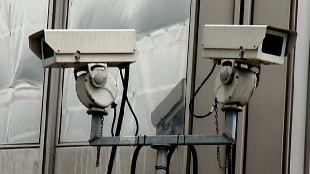 andy coulson arrested england london ext 'metropolitan police' flag flying outside scotland yard scotland yard revolving sign security cameras cctv... - ニュースコットランドヤード点の映像素材/bロール