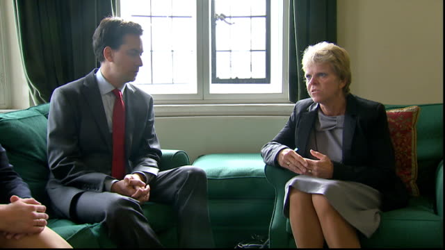 family of milly dowler meet ed miliband england london photography*** gvs ed miliband mp in meeting with family of murdered girl milly dowler bob... - エド ミリバンド点の映像素材/bロール