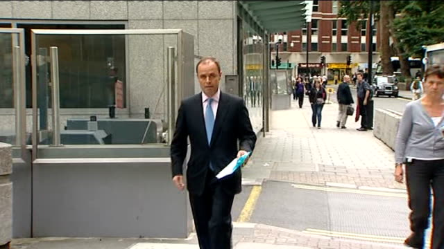 news of the world hacking scandal: rupert murdoch arrives in london; tx 9.7.2009 yates along to press conference - itv weekend late news点の映像素材/bロール