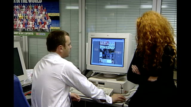 news of the world phone hacking allegations ed balls calls for investigation r03110201 andy coulson and rebekah wade in news of the world offices - レベッカ ブルックス点の映像素材/bロール