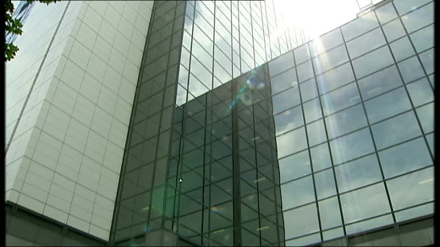 'news of the world' phone hacking scandal grows ext news international headquarters building tilt up windows of building - キャシー・ニューマン点の映像素材/bロール