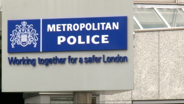 news of the world phone hacking scandal / police officers paid by news international london ext revolving 'new scotland yard' sign general view new... - ニュースコットランドヤード点の映像素材/bロール
