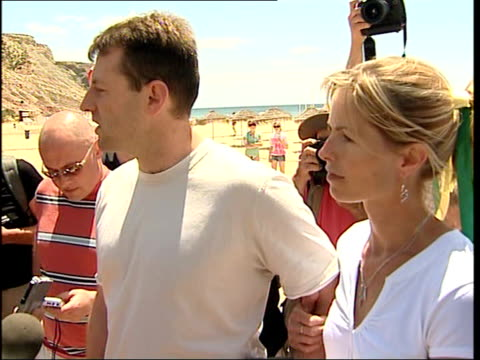 news of the world unveil banner offering reward for madeleine mccann's return gerry mccann speaking to press sot people going to extraordinary... - fall madeleine mccann stock-videos und b-roll-filmmaterial