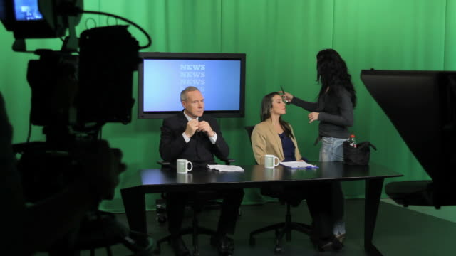 stockvideo's en b-roll-footage met news presenters and make up artist in television studio - persconferentie