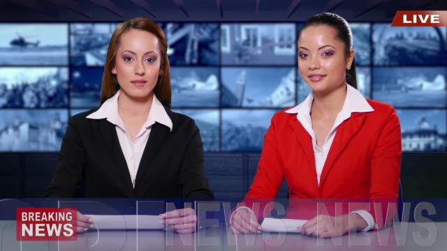 vidéos et rushes de présentateurs de nouvelles 4k préparer en studio de télévision pour diffusion - émissions de télévision et de radio