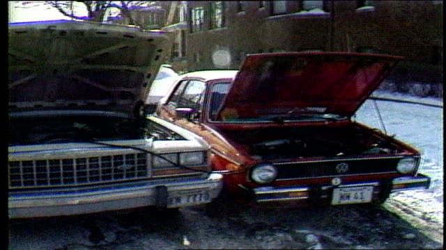 vídeos de stock e filmes b-roll de news report- chicago's coldest day on record - car trouble, public transit, workers look at waterlines on january 20, 1985 - 1985