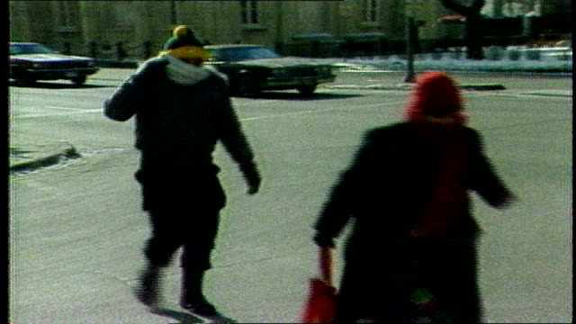 vídeos de stock e filmes b-roll de news report- chicago's coldest day on record - people walking around downtown chicago on january 20, 1985 - 1985