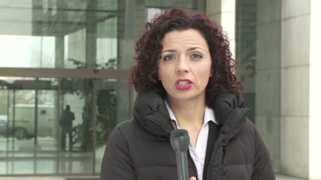 vídeos de stock e filmes b-roll de hd: notícias repórter na cena - difusão de televisão