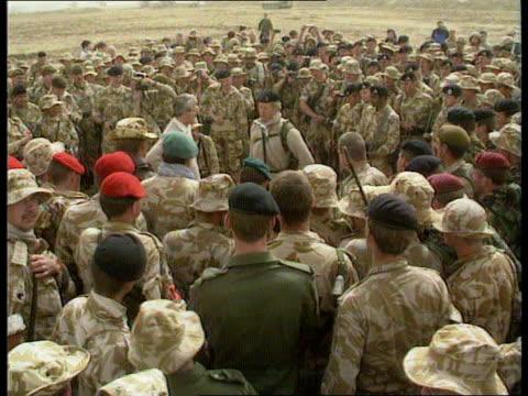 vídeos de stock e filmes b-roll de news roundup iraq major meeting troops in desert speech receives gun helmet allied pows to bus bahrain raf thanksgiving service reunited father son... - pastorear