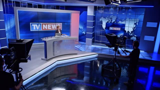 vídeos de stock, filmes e b-roll de estúdio de notícias cs com a apresentadora, apresentando as notícias - escrita ocidental