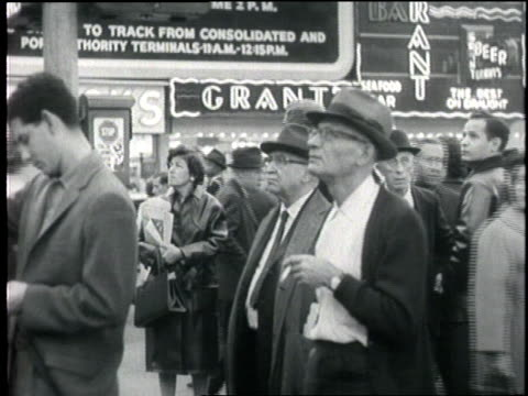 news ticker on a building in times square reads naval blockade against cuba. - 1962年点の映像素材/bロール