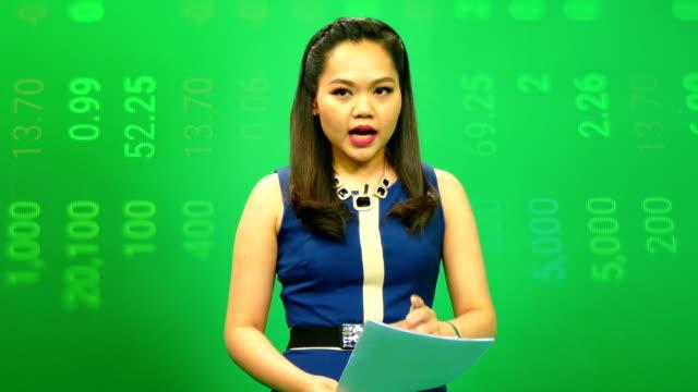 vídeos y material grabado en eventos de stock de locutor lectura un boletín de las noticias - presentador de programa de concursos