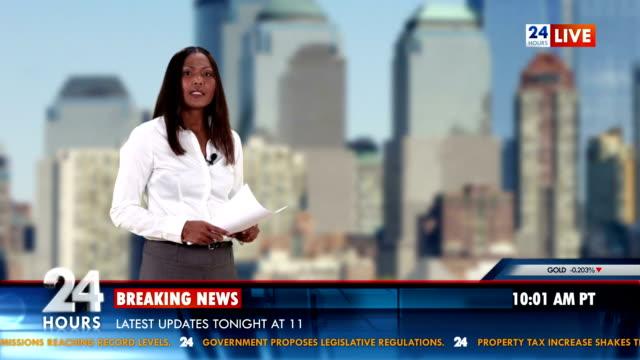 vídeos de stock, filmes e b-roll de hd: apresentador de noticiário leitura últimas notícias sobre negócios importantes - apresentador de noticiário