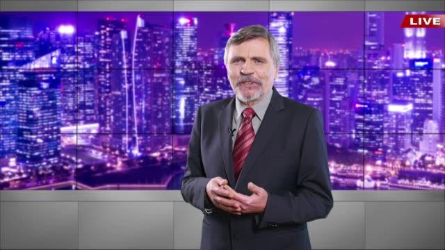 stockvideo's en b-roll-footage met 4k nieuwslezer het brekende nieuws lezen - presentator media