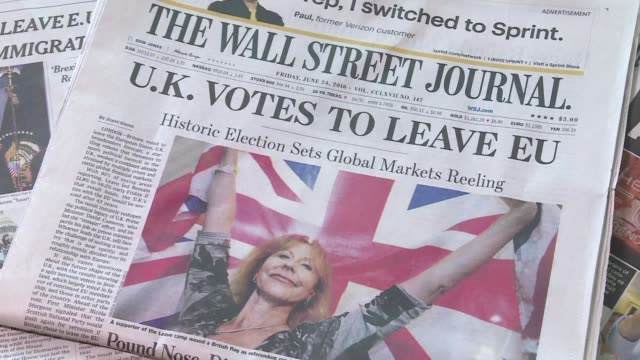 vídeos de stock, filmes e b-roll de s newspaper front pages headline on britain's vote to leave the eu despite dire warnings from world leaders and economic experts - primeira página de jornal